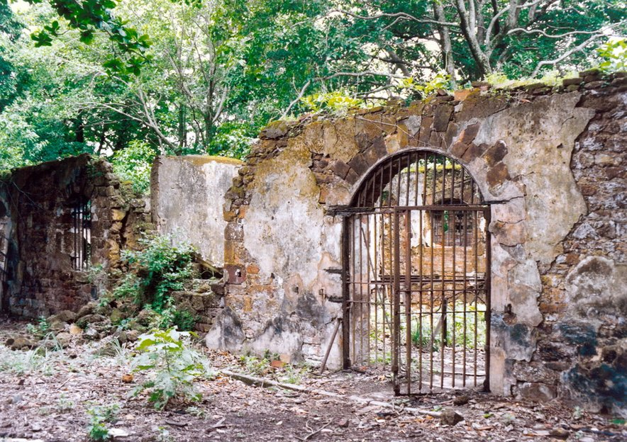 Po prestajanju kazni in preživetju krutih pogojev otoškega zapora so kaznjenci odšli na celino Francoske Gvajane, kjer so morali odslužiti še drugi del kazni.
