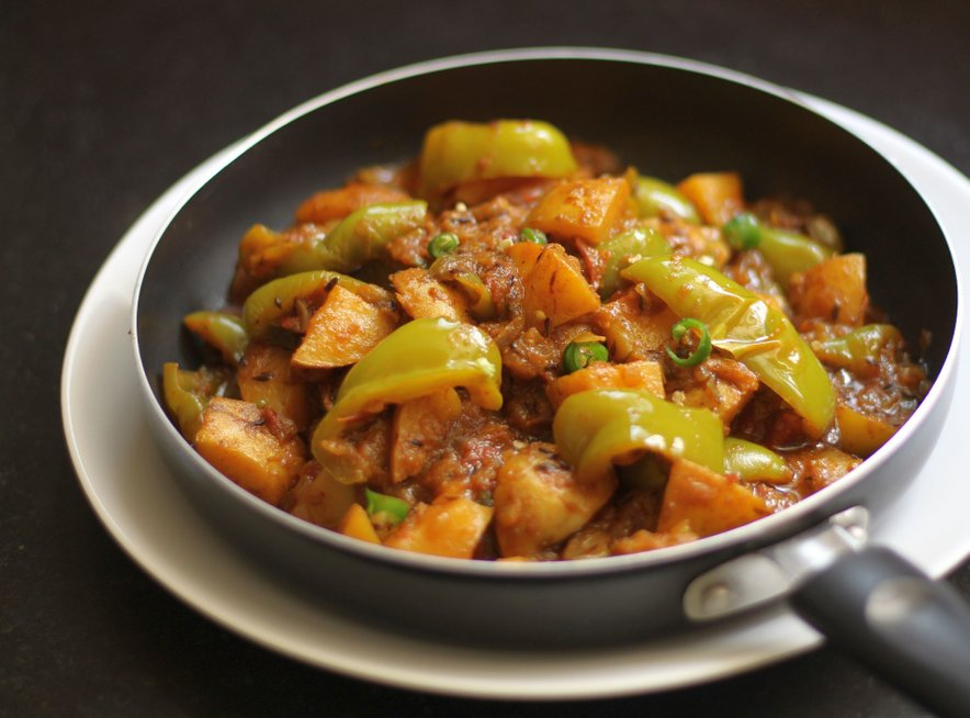 Pražen krompir s čebulo in papriko je odlična samostojna jed, ponudimo pa ga lahko tudi kot prilogo.