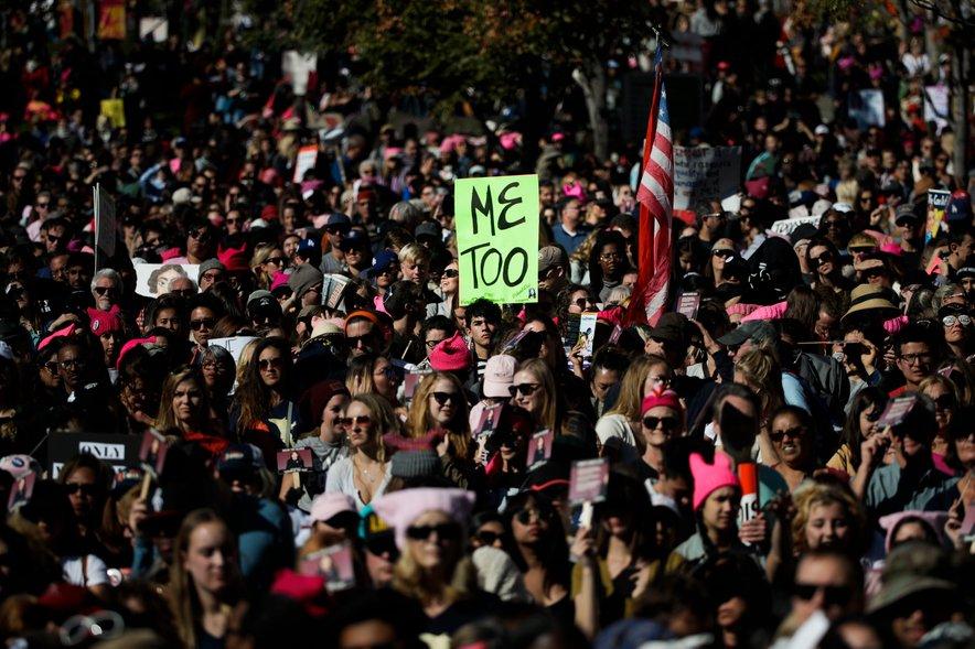 """15. oktobra je igralka Alyssa Milano, ena od prvih žensk, ki so Weinsteina obtožile spolnega nasilja, na Twitterju predlagala, naj """"vsak, ki je bil kdaj spolno nadlegovan ali zlorabljen, na njen tvit odgovori z 'Me too'"""". V prvih 24 urah se je odzvalo pol milijona ljudi."""