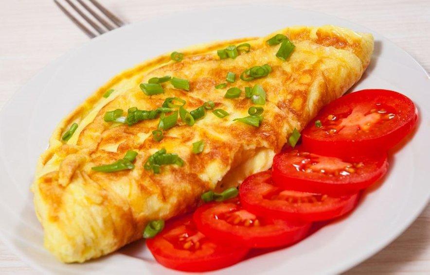 Jajca so odličen in poceni vir beljakovin in nas nasitijo za dlje časa. Za bolj uravnotežen obrok lahko omleto postrežemo z majhno skledo paradižnikove solate in kosom polnozrnatega kruha.