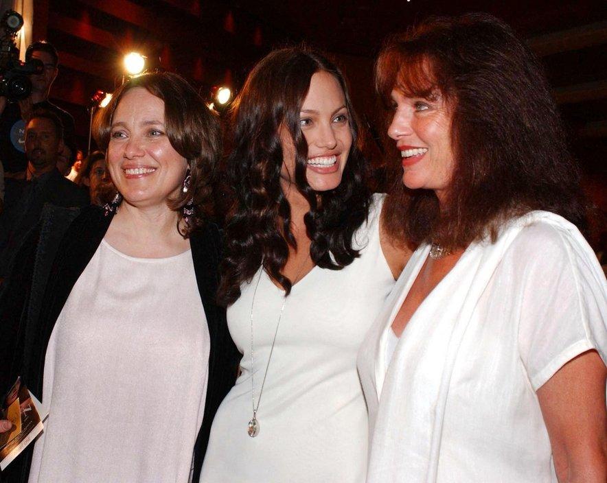 Angelina Jolie z mamo (levo) in botro (desno)