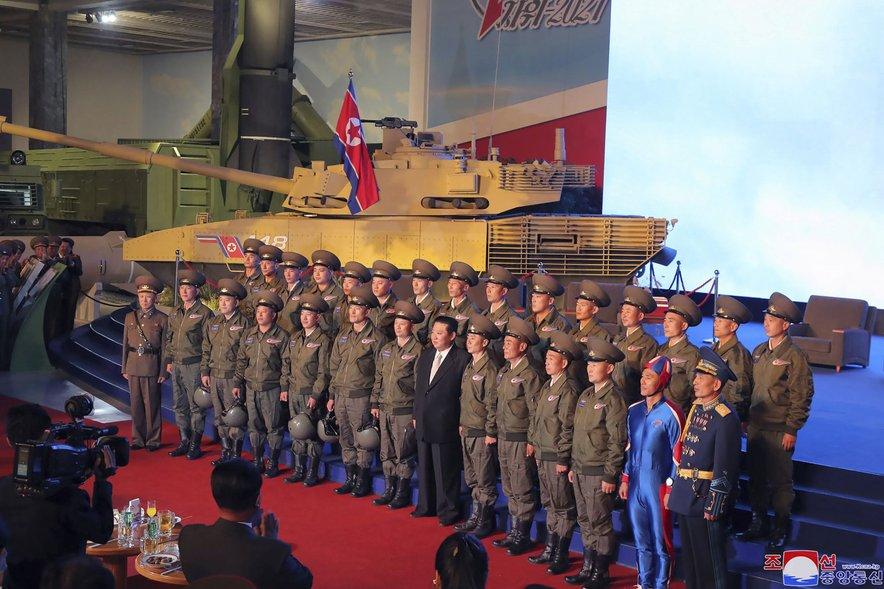 Severnokorejski vojaški postroj in modra postava.