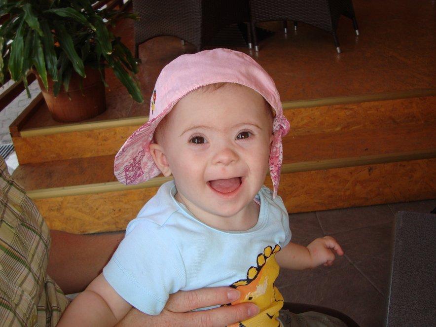 Neža je simpatična in nasmejana deklica.