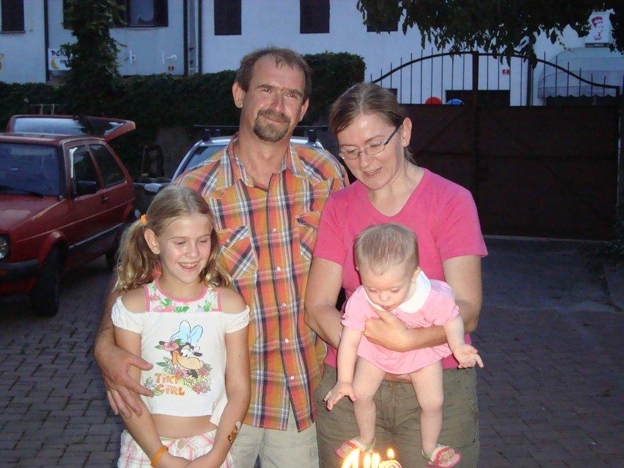 Očka, mamica, starejša sestra Petra in mala Neža