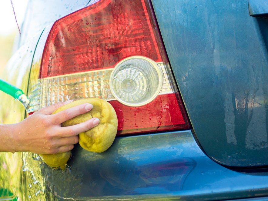 Po prihodu z dopusta avtomobil temeljito očistite in preverite, ali so morda med počitnikovanjem na njem nastale kakšne poškodbe.
