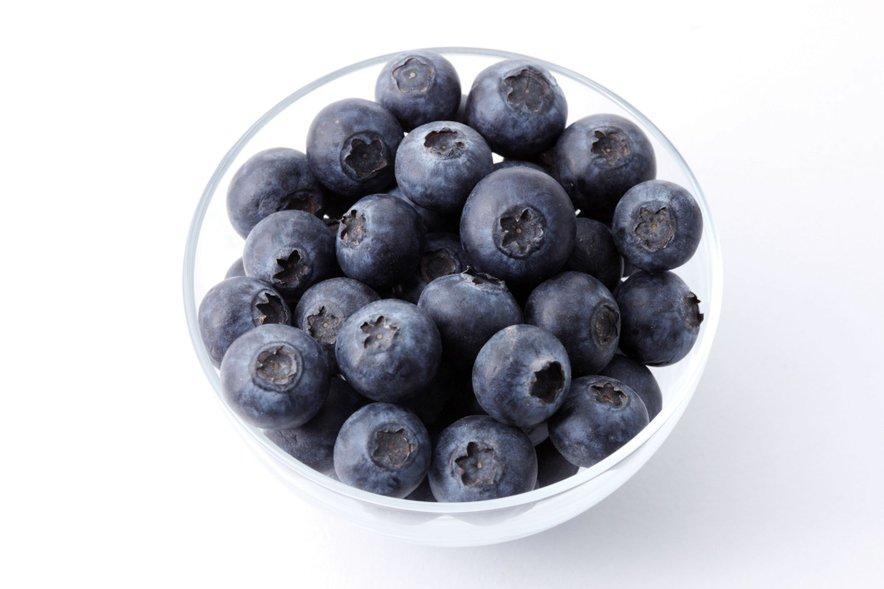 Potrebujete le 5 sestavin - borovnice, banano, špinačo, lanena semena in ingver. Ter nekaj vode, da jih lahko zmešate.