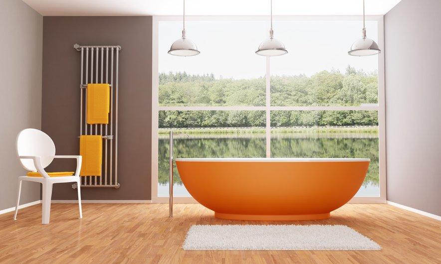 Že z izbranim tekstilom lahko nevtralno kopalnico občutno popestrimo.