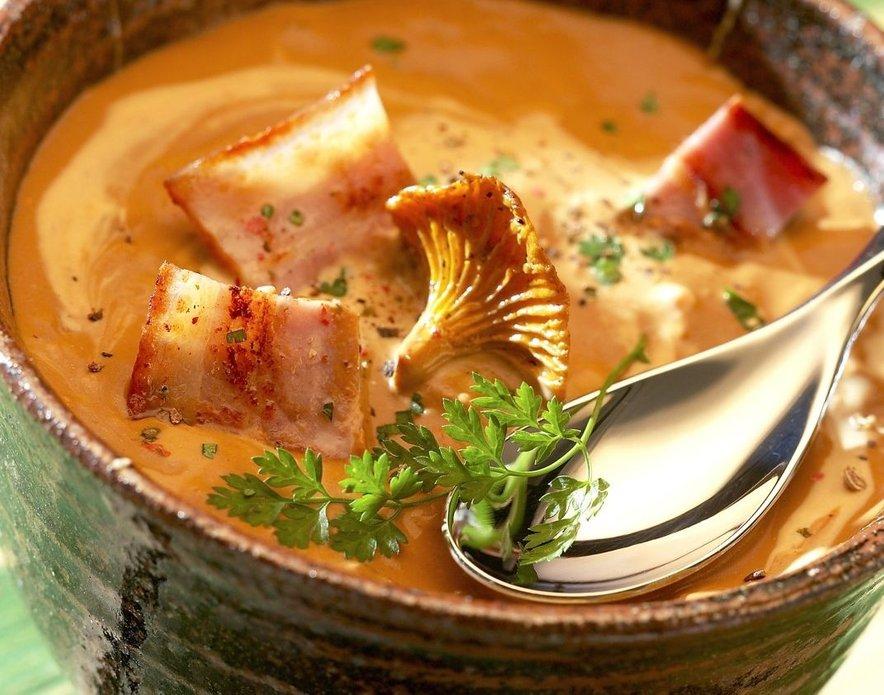 Kremna bučna juha z lisičkami in slanino
