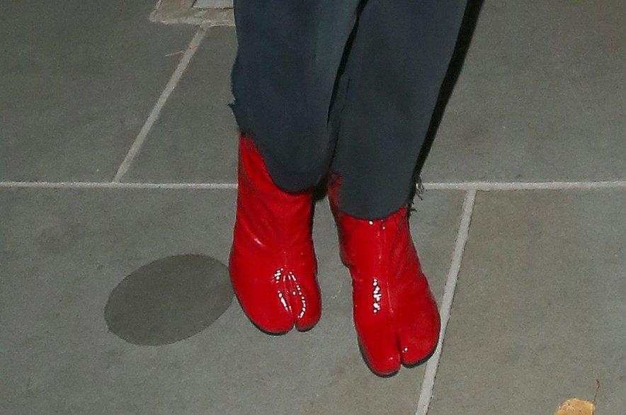 Rita si je za sproščen večer v družbi prijateljic nadela zelo nenavadne čevlje.