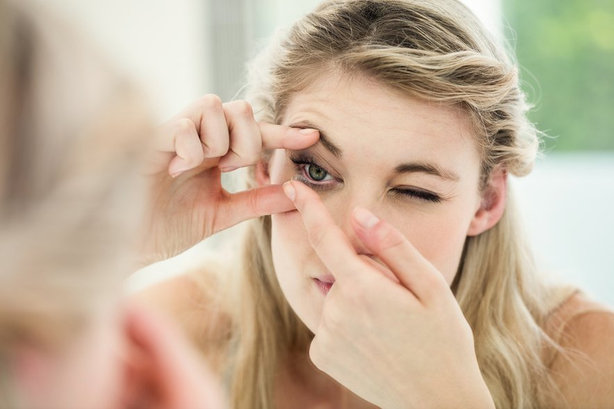 Kontaktne leče se lahko tudi prepognejo ali ujamejo pod veko, če spimo z njimi.