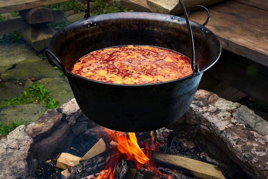 Bograč se tradicionalna pripravlja v kotlu nad odprtim ognjem.