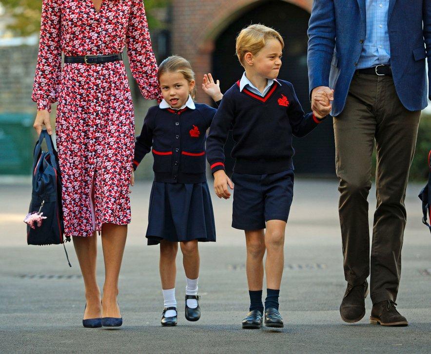 Charlotte sta v šolo pospremila starša in njen starejši bratec George.