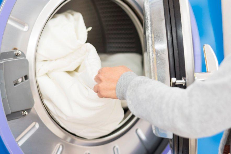 Preventivno lahko kožno bolezen preprečite s pranjem perila in posteljnine pri visokih temperaturah .