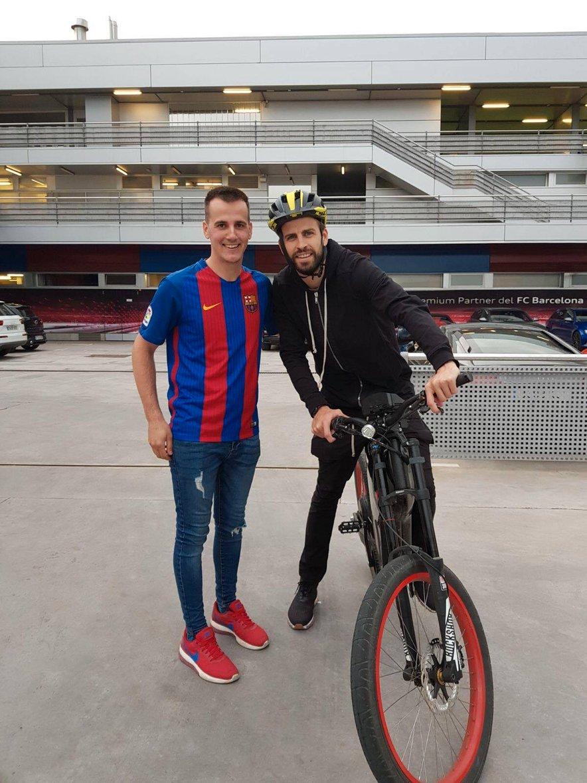 Gerard Piqué se je na trening pripeljal na dveh kolesih.
