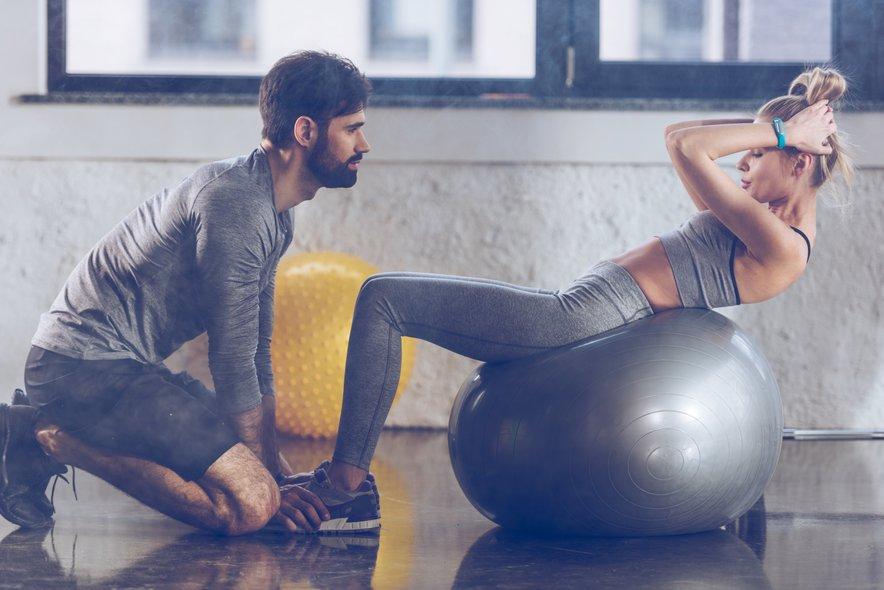 Na pravo pot vas lahko usmeri seksi fitnes trener.