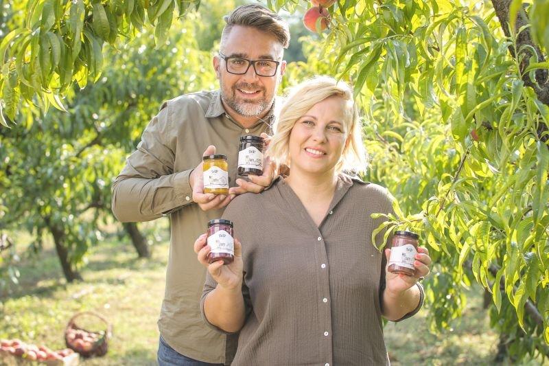 Zakonca Kavčič sta na police trgovin Interspar in Spar poslala bio sadne namaze Mr. & Ms. Jam, ki sta jih pridelala zgolj iz najkakovostnejšega sadja iz sončne Vipavske doline.
