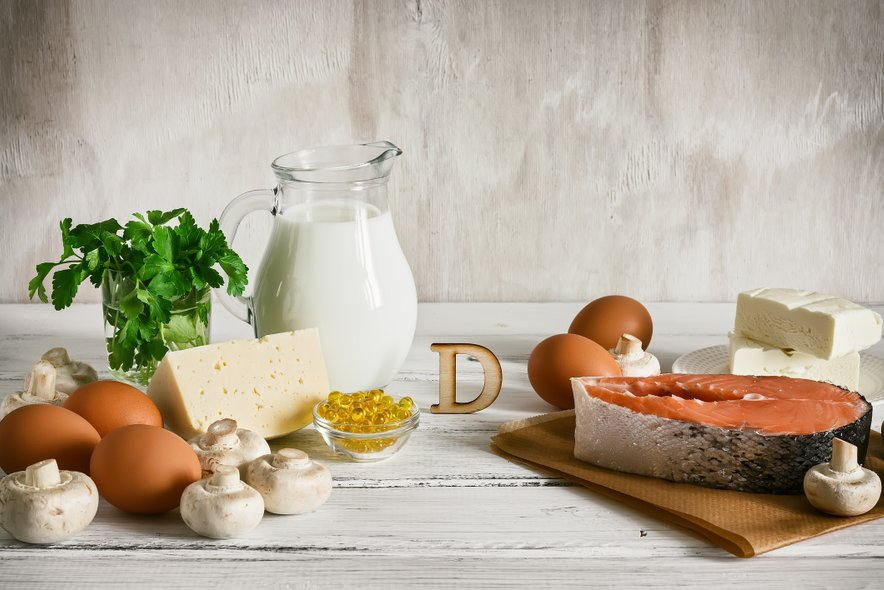 Vitamin D pozitivno deluje na imunski sistem. V živilih ga najdemo v mastnih ribah, oreških, gobah, jajcih, mleku in mlečnih izdelkih.