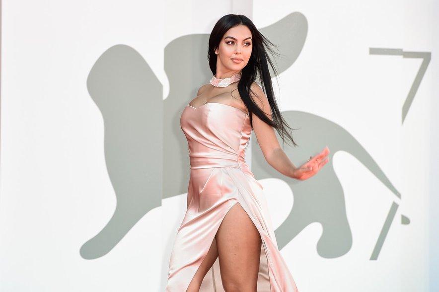 Georgina Rodriguez je objavila fotografjo, na kateri je pozornost pritegnilo njeno (ogromno) stopalo.