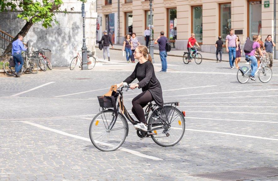 V središču Ljubljane 'kraljujejo' pešci in kolesarji.