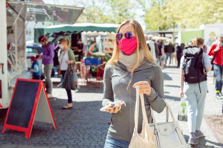 Nošenje mask bo od konca tega tedna obvezno tudi na odprtih javnih prostorih, kjer se zbira veliko ljudi, kot so denimo tržnice.