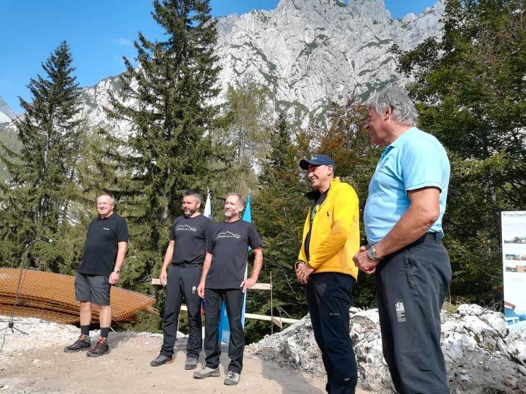 Minister Počivalšek in premier Janša sta izpostavila, da si bo vlada prizadevala pomagati slovenskemu planinstvu, saj gre za zelo pomembno dejavnost, ki še pridobiva pomen.