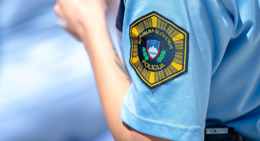 Spor zaradi poškodovanja parkiranega avtomobila je eskaliral do namernega trčenja v dve osebi.