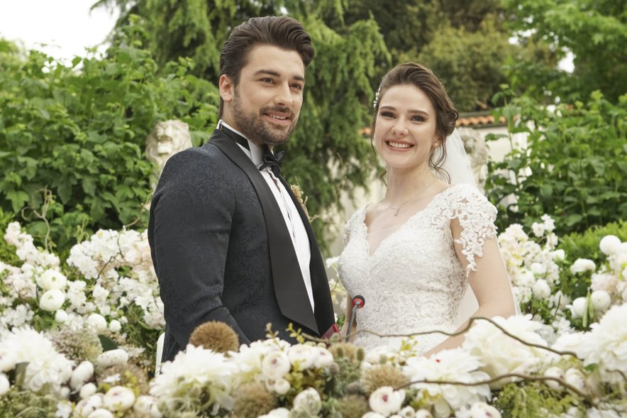 Prva sezona serije Podaj mi roko se je končala s poroko.
