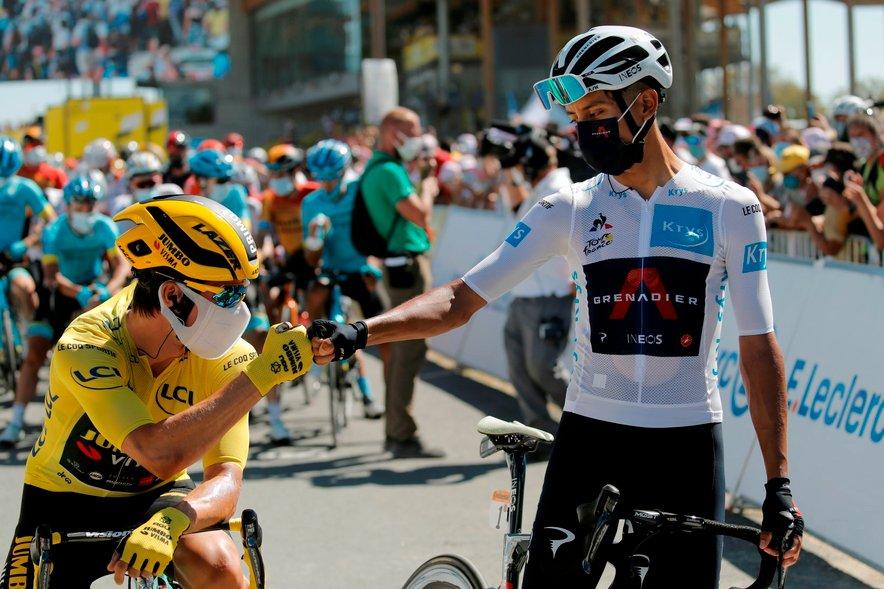 Bernal (desno) pozdravlja Primoža Rogliča pred začetkom letošnje enajste etape.