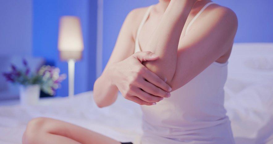 Suha koža se lahko pojavi kjer koli po telesu, najpogosteje pa na bolj izpostavljenih delih, na rokah, stopalih, kolenih, komolcih in obrazu, predvsem na licih, čeljusti, okrog oči. Pozimi lahko razpokajo tudi ustnice.
