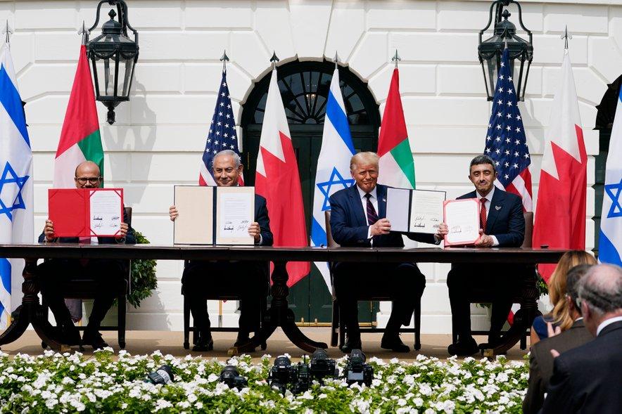 Podpis sporazuma o normalizaciji odnosov.