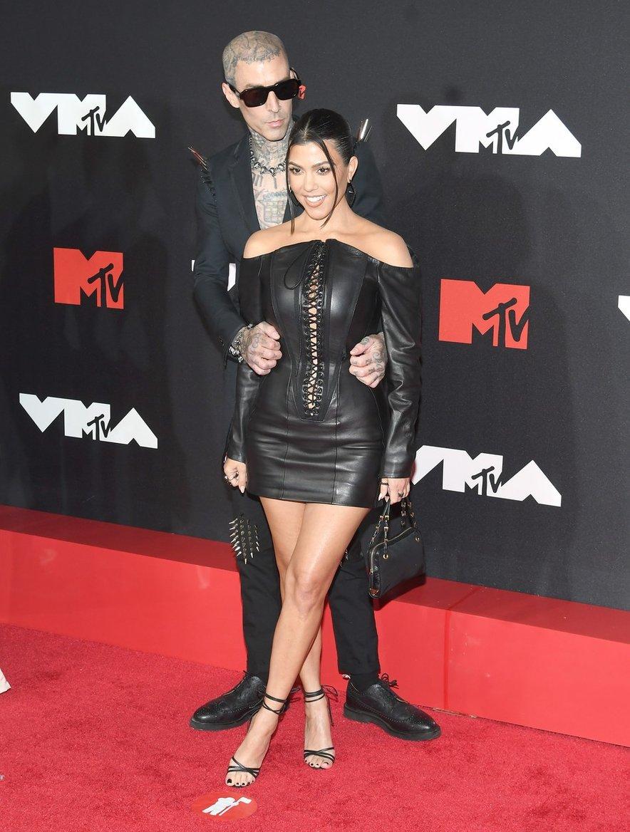 Zaljubljena Kourtney Kardashian in Travis Barker sta se kot par prvič sprehodila po rdeči preprogi.