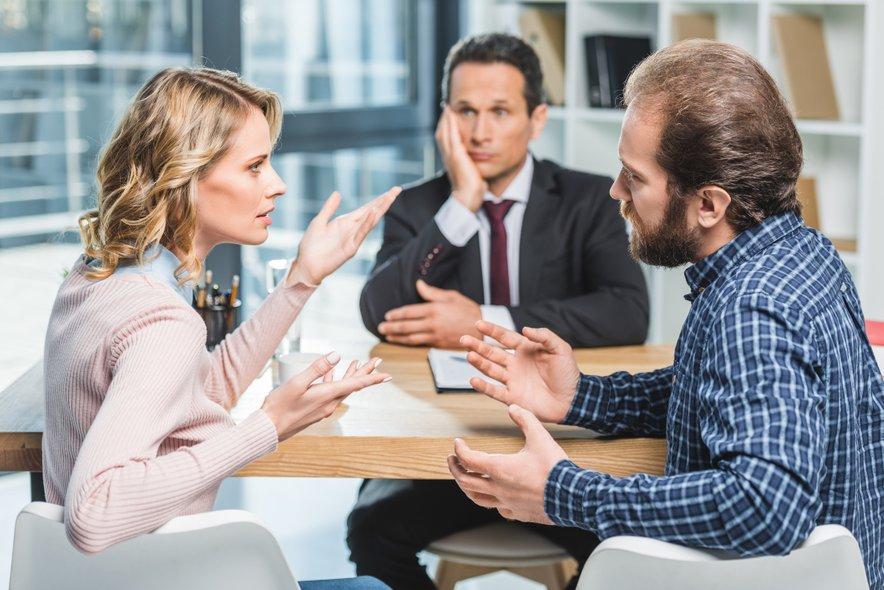 Nekatere storitve so glede na težavnost postopkov prenizko ovrednotene, na primer družinski spori, ki terjajo veliko svetovalnega dela, razgovorov s stranko in pogajanj, opozarja predsednik OZS Janez Starman.
