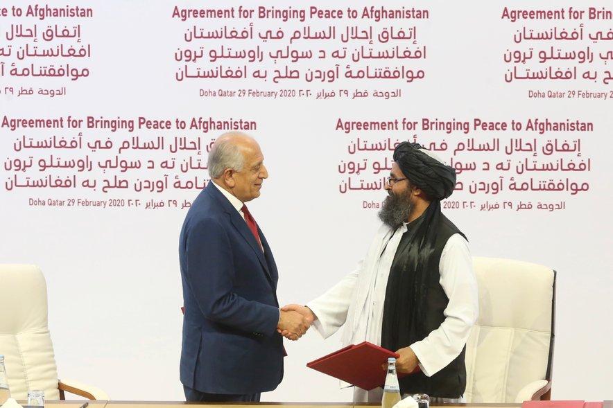 Diplomat Zalmaj Kalilzad (levo) in mula Abdul Gani Baradar.