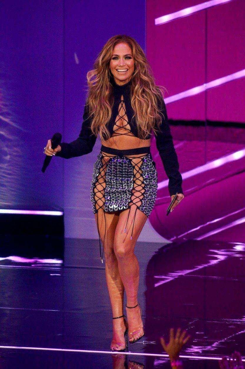 Jennifer Lopez je podelila prvi kipec večera.