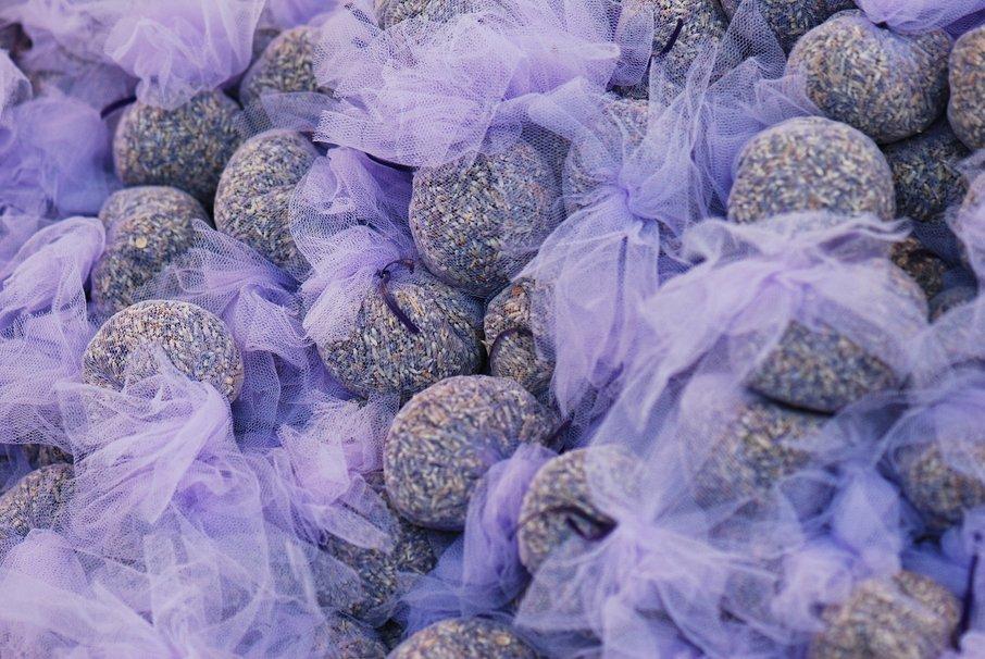 Če se želite znebiti moljev, lahko poskusite tudi z vrečkami sivke.
