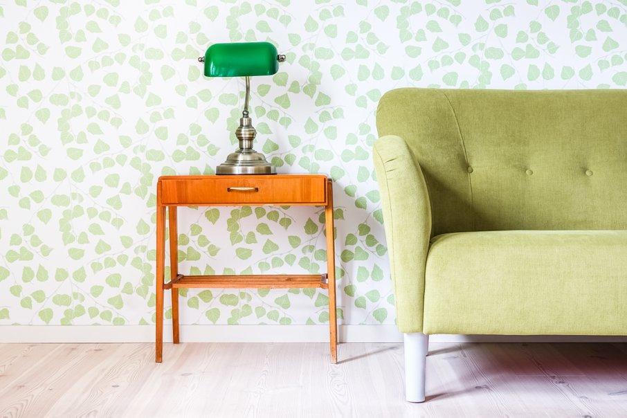 Le steno za kavčem prekrijte s tapeto, ki ima vzorec.