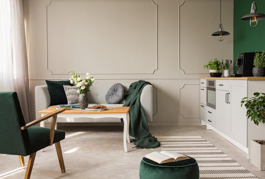Z dekorativnimi blazinami, naslonjačem in taburejem vnesite v prostor novo barvo.