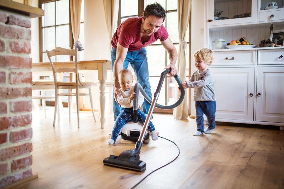 Že od majhnega jih učite pomagati pri hišnih opravilih.
