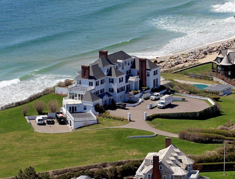 Danes je Taylor Swift lastnica številnih nepremičnin tako v ZDA kot v Evropi, o nekdanjih lastnikih njenega domovanja v Rhode Islandu pa je pred kratkim napisala celo pesem The Last Great American Dynasty.