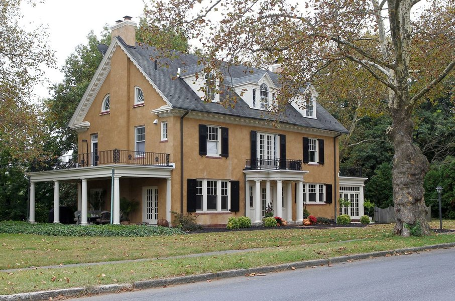 Ko je v tej hiši bivala pevka, je fasada poskrbela za malce temnejšo podobo.