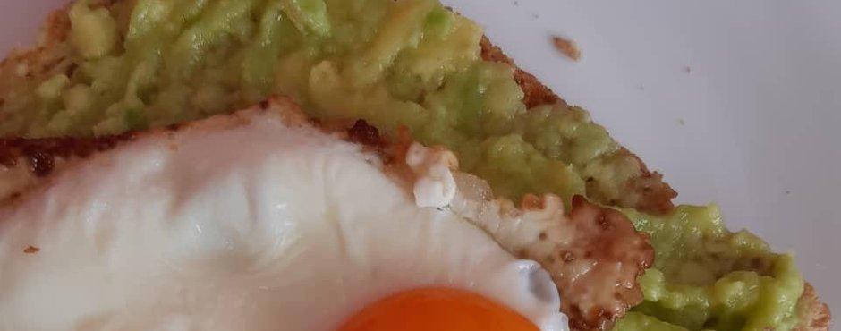 Toast s humusom, avokadom in kalčki