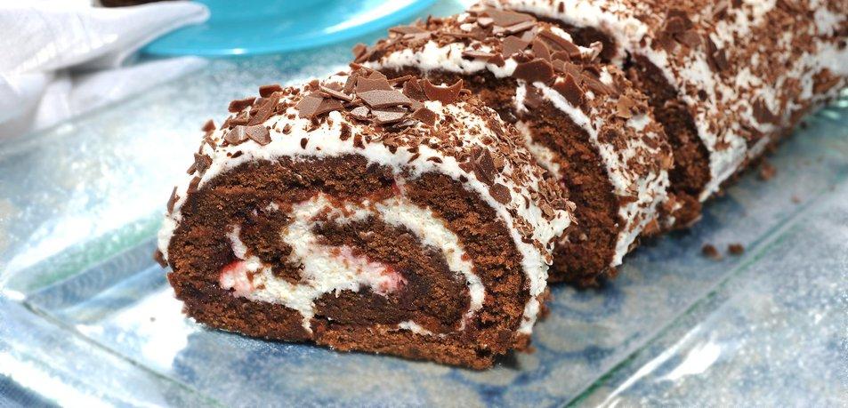Čokoladna rolada z marmelado in smetano