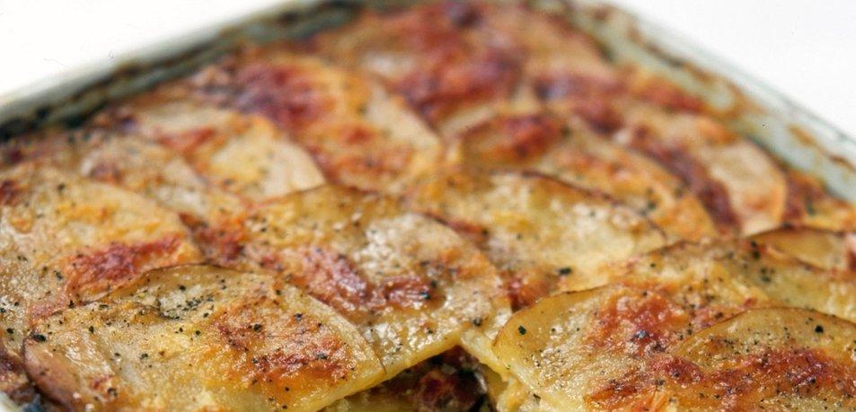 Krompirjeva zloženka s porom in slanino