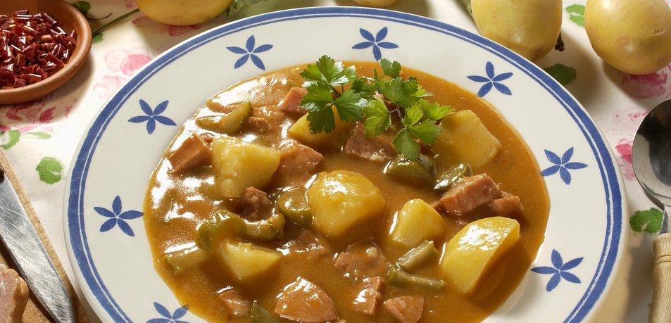 Pikantni golaž s krompirjem in klobaso
