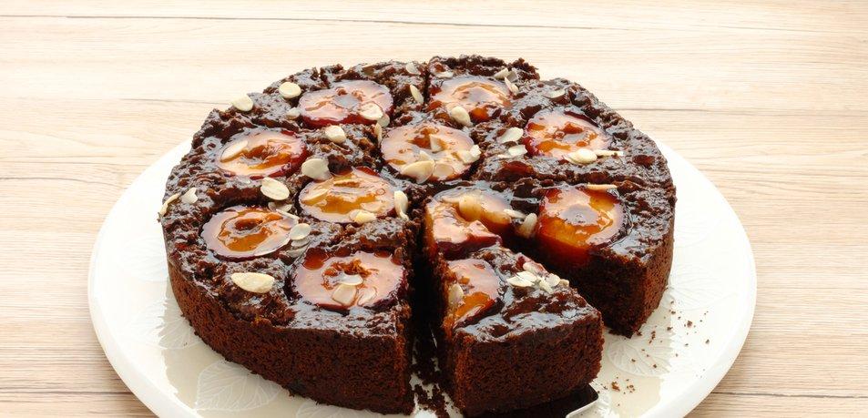 Lepljiv čokoladni kolač s slivami