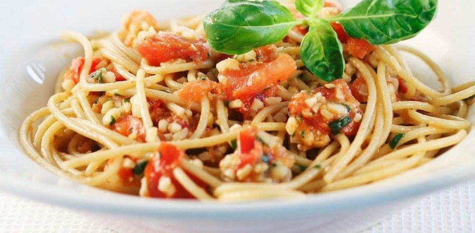 Špageti s hladno paradižnikovo omako z mandlji in kaprami