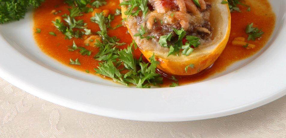 Polnjene bučke v paradižnikovi omaki
