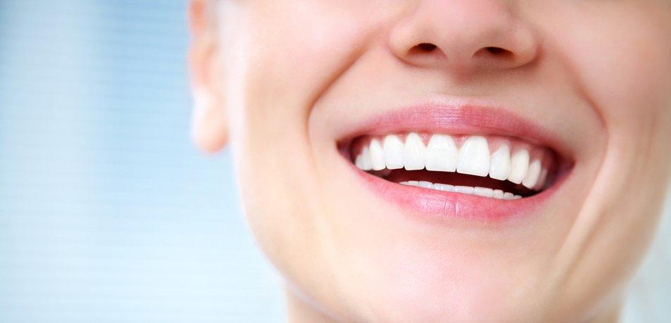 Zobozdravnica opozarja: Pazite, preden si zobe belite z ogljem
