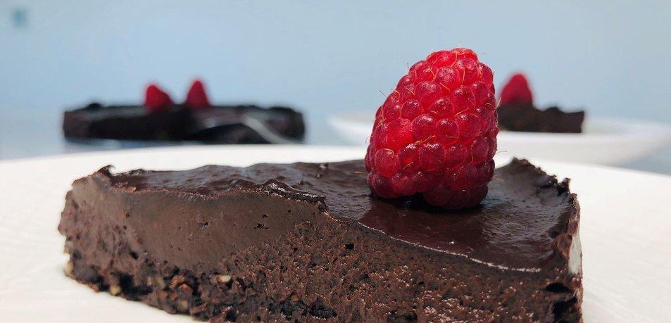 Čokoladno avokadova torta brez peke