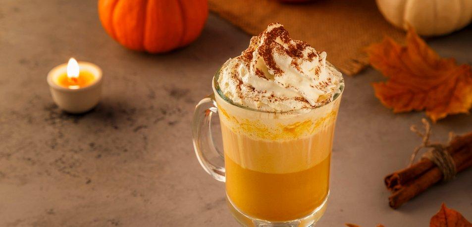 Bela kava z bučo in začimbami (pumpkin spice latte)